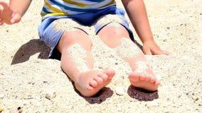 Счастливый ребенок играя с песком на пляже летом Дети играя в песках Эта работа хороша для сензорного видеоматериал