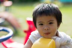 Счастливый ребенок младенца на спортивной площадке стоковое фото rf