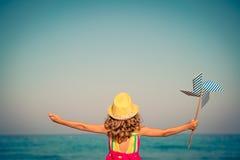 Счастливый ребенок на летних каникулах стоковое изображение