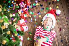 Счастливый ребенок на Рожденственской ночи Стоковая Фотография