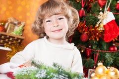 Счастливый ребенок на Рожденственской ночи стоковые фото