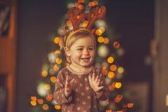 Счастливый ребенок на рождественской вечеринке стоковые фотографии rf