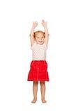 Счастливый ребенок поднимаясь вверх по ее рукам. стоковое фото