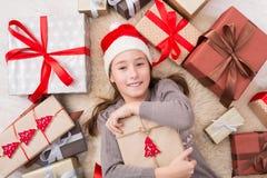 Счастливый ребенок с коробками подарка на рождество и подарками, взгляд сверху Стоковая Фотография RF
