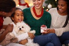 Счастливый ребенок с семьей на Рожденственская ночь Стоковые Изображения