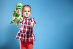 Счастливый ребенок, творческая концепция потехи - девушка играя в театре стоковая фотография rf