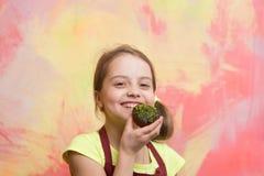 Счастливый ребенок усмехаясь с тортом Стоковое Изображение