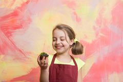 Счастливый ребенок усмехаясь с тортом Стоковое Фото