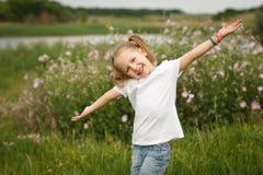Счастливый ребенок outdoors Стоковые Фотографии RF