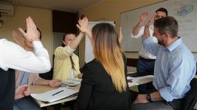 Счастливый руководитель компании мотируя разнообразные людей команды дела для того чтобы дать высоко 5 совместно Отпразднуйте рез акции видеоматериалы