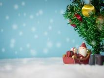 Счастливый Санта Клаус с коробкой подарков на скелетоне снега идя расквартировать около дома имейте снеговик и рождественскую елк Стоковая Фотография