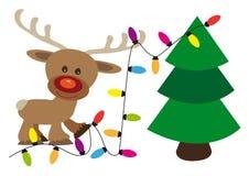 Счастливый северный олень украшает рождественскую елку с цепью цвета освещения бесплатная иллюстрация