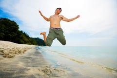 счастливый скача человек Стоковые Изображения RF