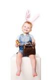 Счастливый смеяться над младенца зайчика пасхи. Стоковое Фото