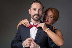 Счастливый смычок отладки жены formalwear супруга Стоковое Фото
