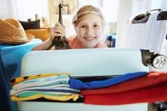 Счастливый современный туристский сувенир Эйфелевой башни показа ребенка стоковая фотография