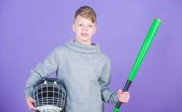 Счастливый спортсмен ребенка Диета фитнеса приносит здоровье и энергию Разминка спортзала предназначенного для подростков спортсм стоковая фотография