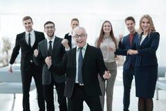 Счастливый старший бизнесмен и триумфальная команда дела Стоковая Фотография RF