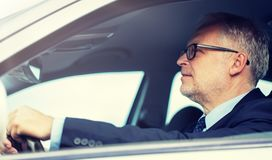 Счастливый старший бизнесмен управляя автомобилем стоковые изображения
