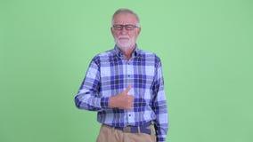 Счастливый старший бородатый человек хипстера давая большие пальцы руки вверх видеоматериал