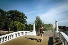 Счастливый стильный путешественник женщины идя на пристань города, перемещение лета Стоковые Изображения RF