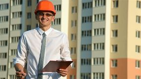 Счастливый строитель в hardhat акции видеоматериалы