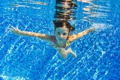 Счастливый сь подводный ребенок в плавательном бассеине Стоковое Изображение