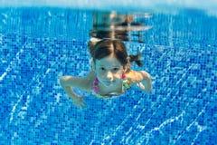 Счастливый сь подводный ребенок в плавательном бассеине Стоковые Изображения RF