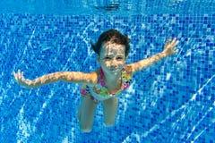 Счастливый сь подводный ребенок в плавательном бассеине Стоковое Фото