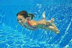 Счастливый сь подводный ребенок в плавательном бассеине Стоковая Фотография