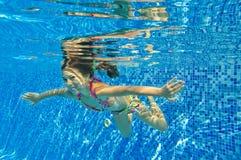 Счастливый сь подводный ребенок в плавательном бассеине Стоковая Фотография RF