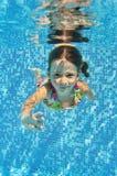 Счастливый сь подводный ребенок в плавательном бассеине Стоковое Изображение RF