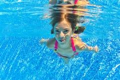 Счастливый сь подводный ребенок в плавательном бассеине Стоковое фото RF