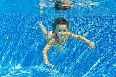 Счастливый ся подводный ребенок в плавательном бассеине Стоковые Фотографии RF