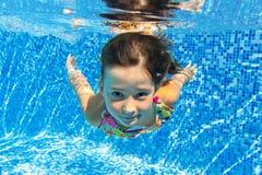 Счастливый ся подводный ребенок в плавательном бассеине Стоковые Фото
