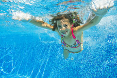 Счастливый ся подводный ребенок в плавательном бассеине Стоковое фото RF