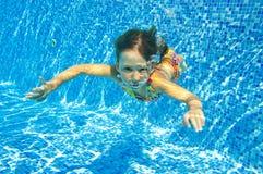 Счастливый ся подводный ребенок в плавательном бассеине Стоковое Изображение