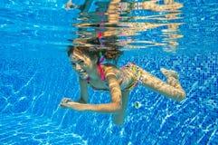 Счастливый ся подводный ребенок в плавательном бассеине Стоковые Изображения RF