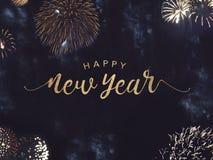 Счастливый текст Нового Года с фейерверками золота в ночном небе Стоковые Изображения RF