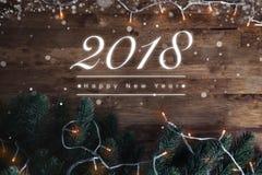 Счастливый текст приветствию Нового Года 2018 на предпосылке древесины темного коричневого цвета стоковое фото