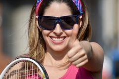 Счастливый теннисист девушки с ракеткой тенниса Стоковая Фотография