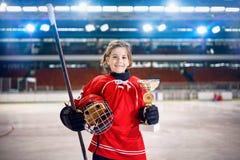 Счастливый трофей победителя хоккея на льде игрока девушки стоковое изображение