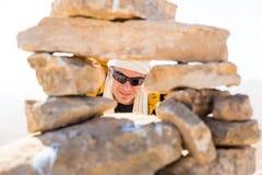 Счастливый туристский смотреть через каменное окно отверстия пирамиды из камней Стоковые Фотографии RF