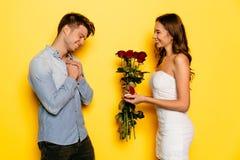Счастливый удивленный человек получая предложение замужества от его милой подруги Стоковое Изображение RF