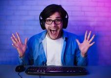Счастливый услаженный Gamer выигрывая онлайн компютерную игру стоковые изображения