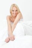 счастливый усмехаться вверх по просыпать детеныши женщины Стоковая Фотография RF