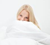 счастливый усмехаться вверх по просыпать детеныши женщины Стоковые Фото