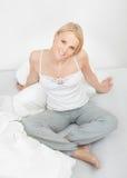 счастливый усмехаться вверх по просыпать детеныши женщины Стоковая Фотография