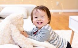 Счастливый усмехаться мальчика малыша стоковая фотография rf