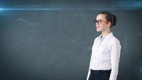 Счастливый усмехаясь портрет бизнес-леди в белой юбке на изолированной предпосылке при copyspace смотря что-то Стоковые Изображения RF